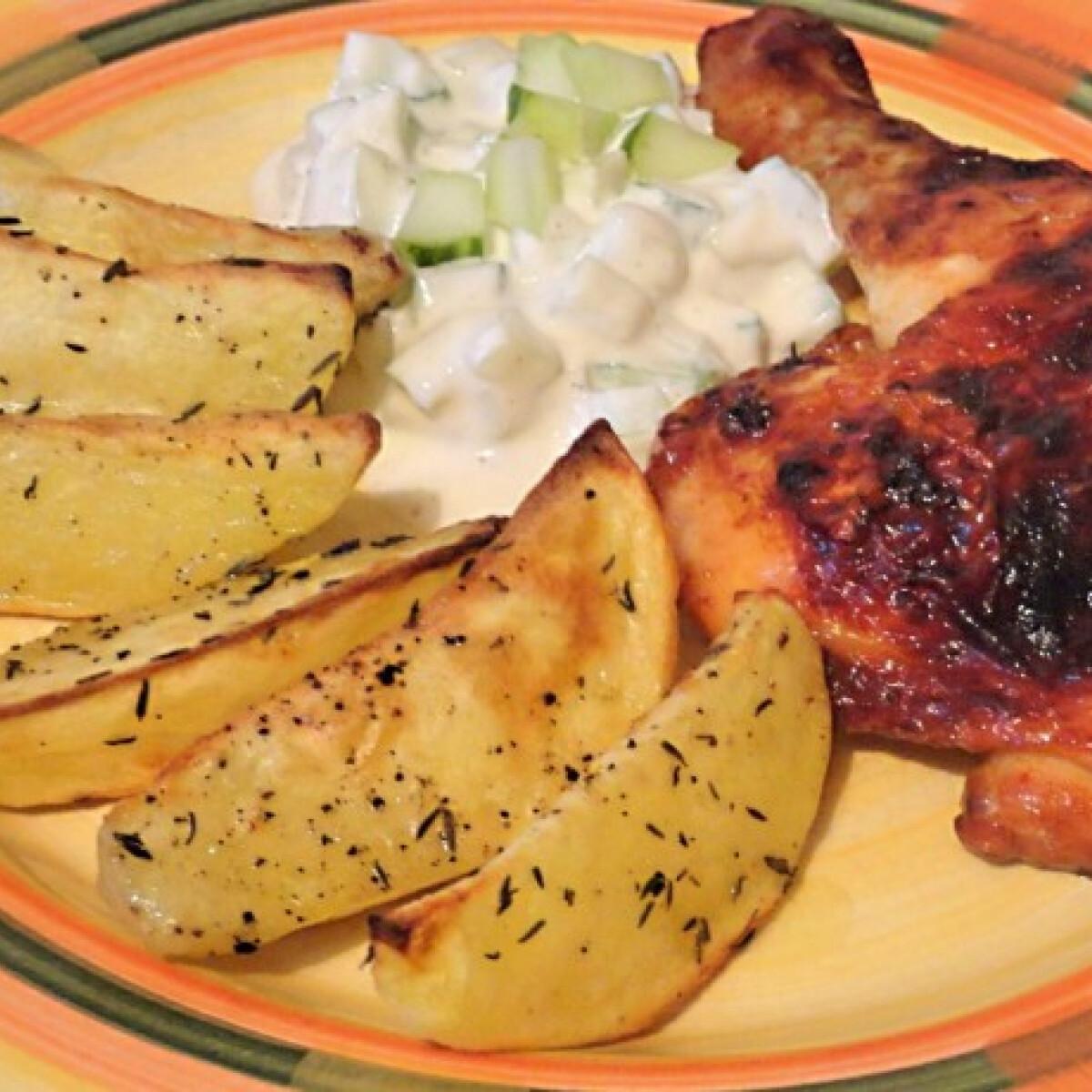 Ezen a képen: Harissás csirkecomb kakukkfüves burgonyával és joghurtos uborkával