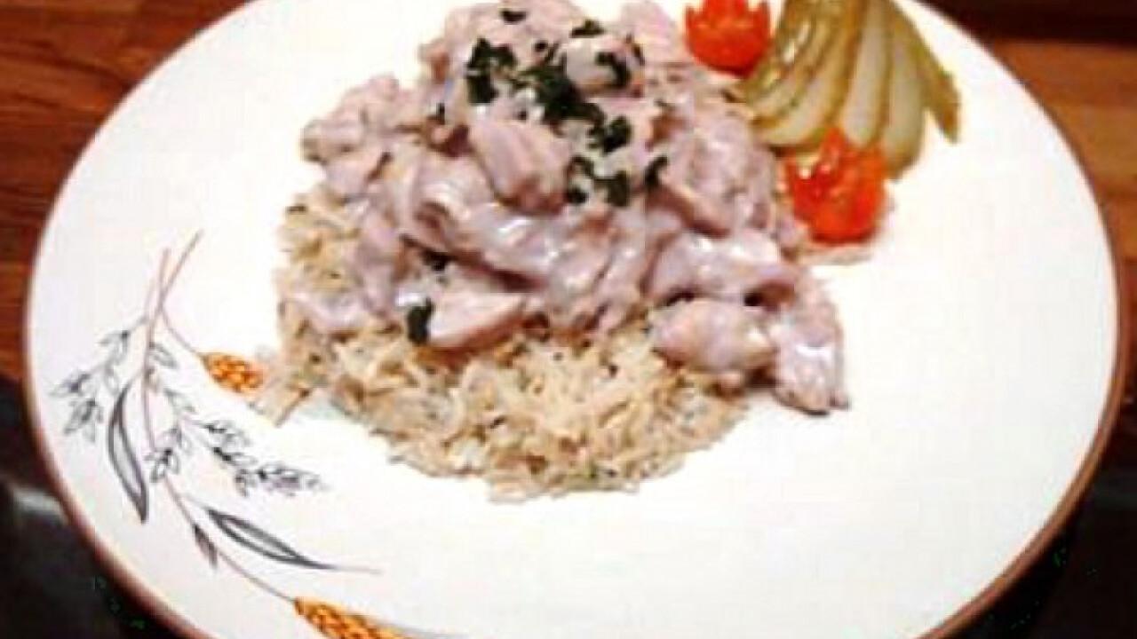 Vörösborban párolt csirkemellcsíkok