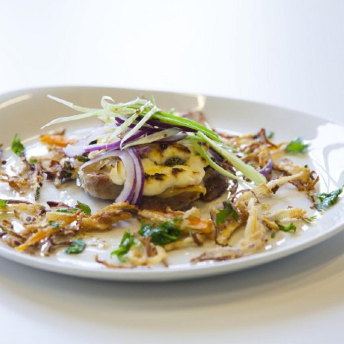 Ezen a képen: Tejfölben sült tarja ropogós sült zöldségekkel