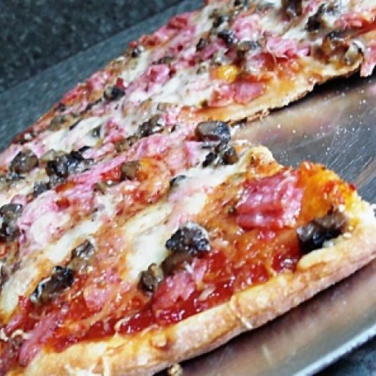 Ezen a képen: Sonkás-gombás pizza Bogártól