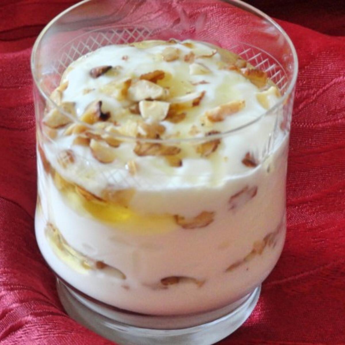 Ezen a képen: Görög joghurt dióval és mézzel
