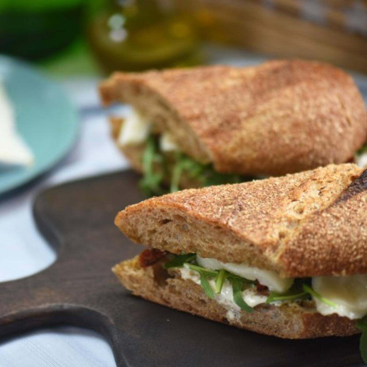 Ezen a képen: Kecskesajtos-aszaltparadicsomos-rukkolás szendvics