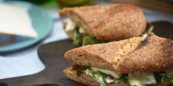 Kecskesajtos-aszaltparadicsomos-rukkolás szendvics