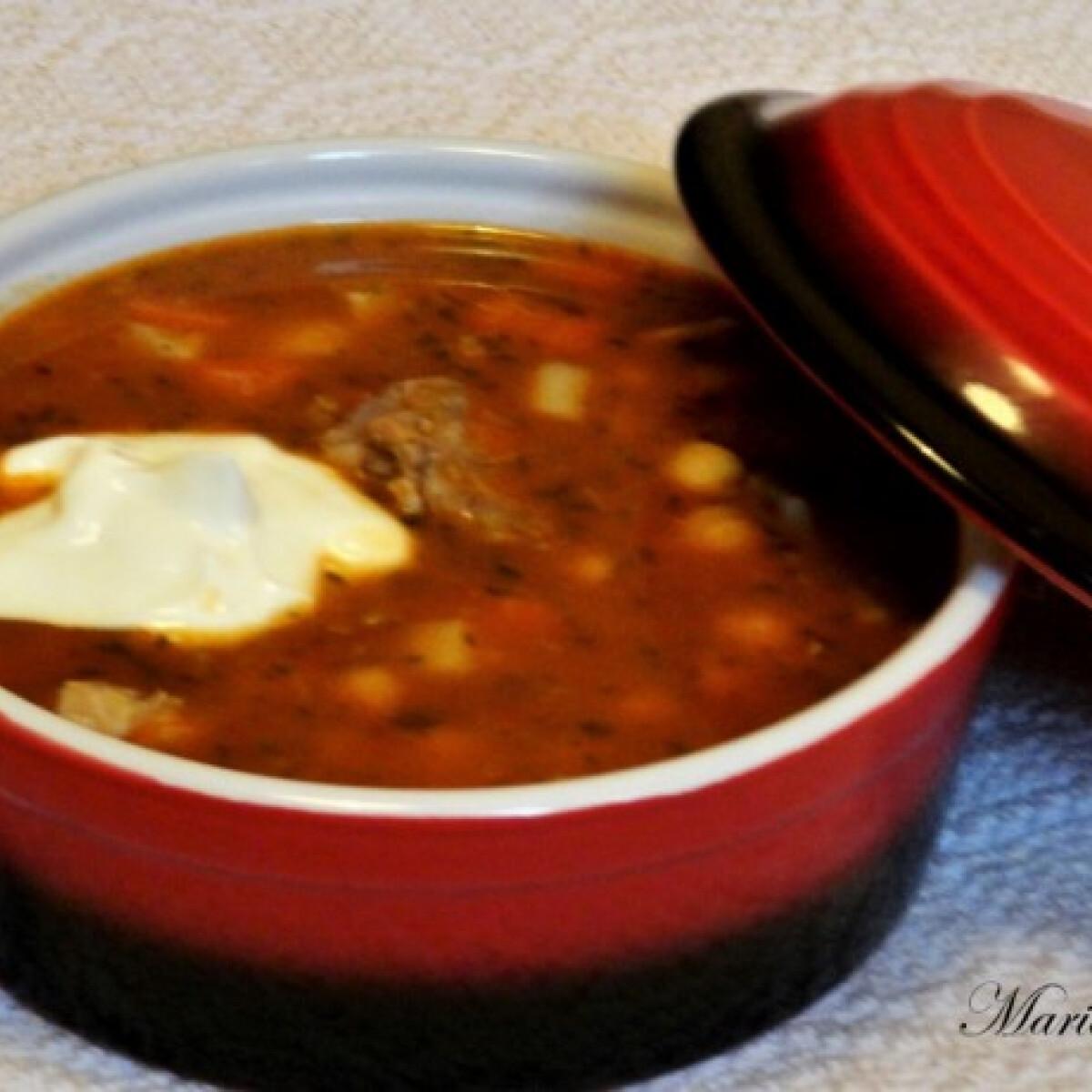 Ezen a képen: Magyaros csicseriborsó-leves csülökkel