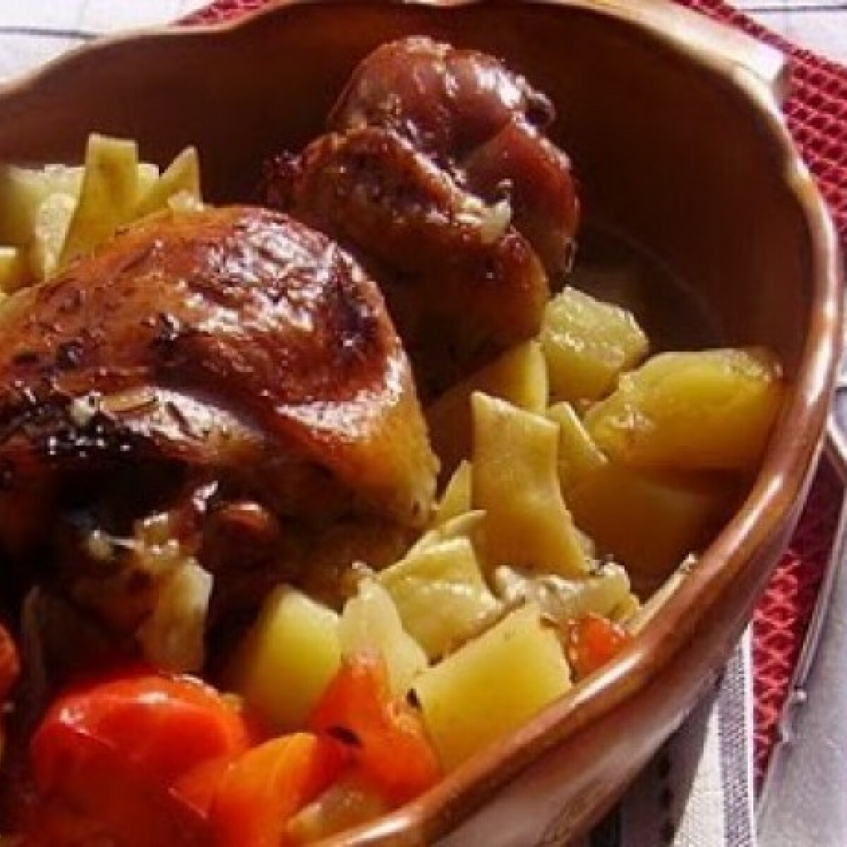 Ezen a képen: Cserépben sült zöldséges-fehérboros csirke