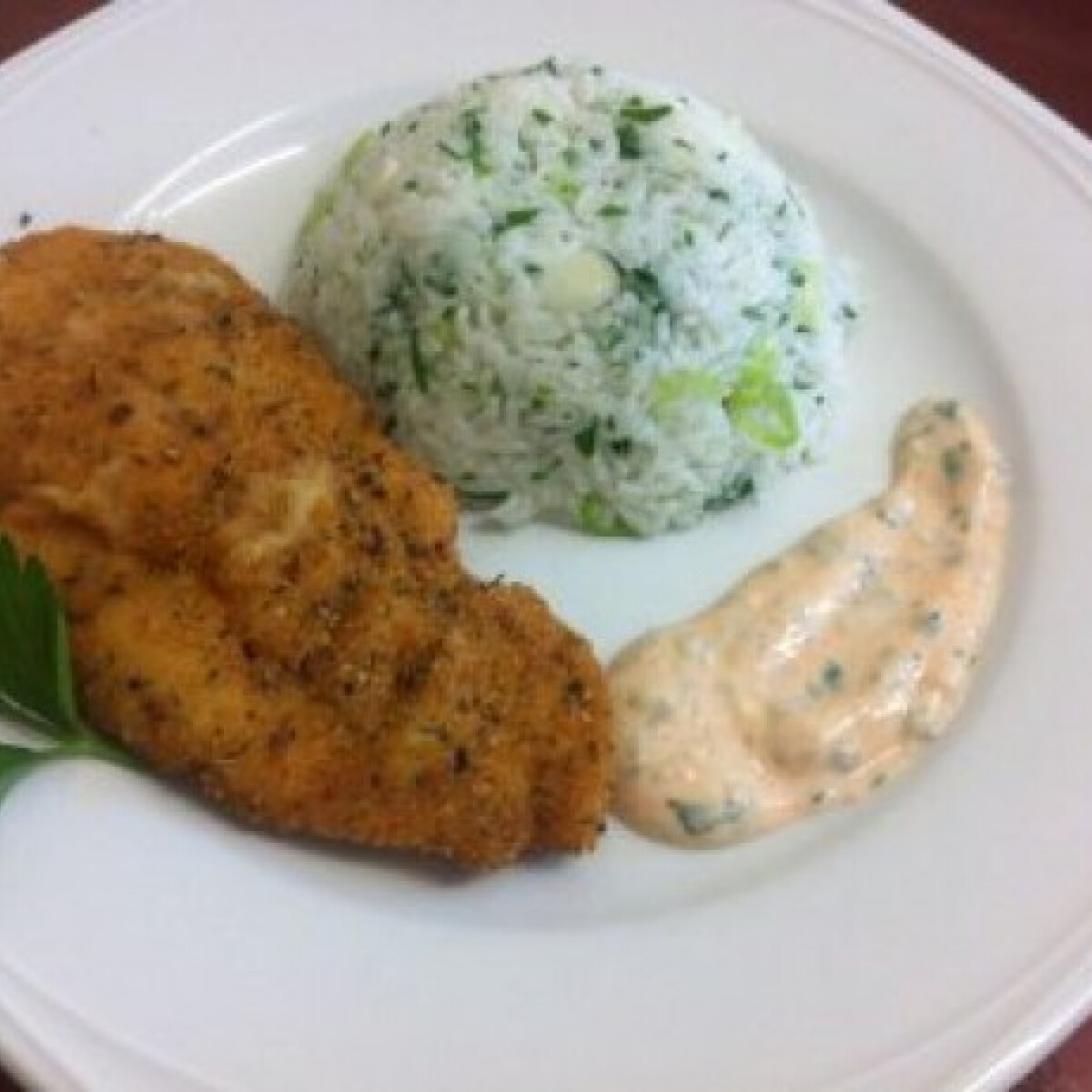 Ezen a képen: Zöldfűszeres csirke schnitzel rizzsel