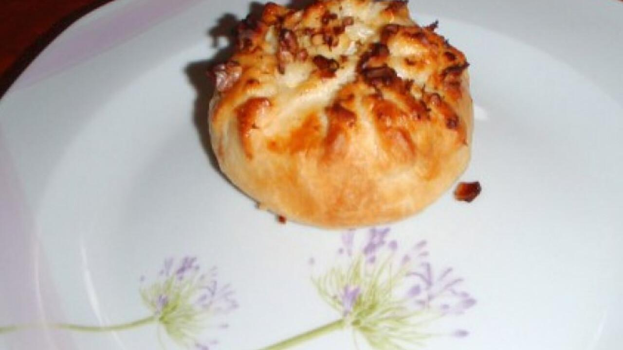 Camembert sajtos-leveles tésztás batyu