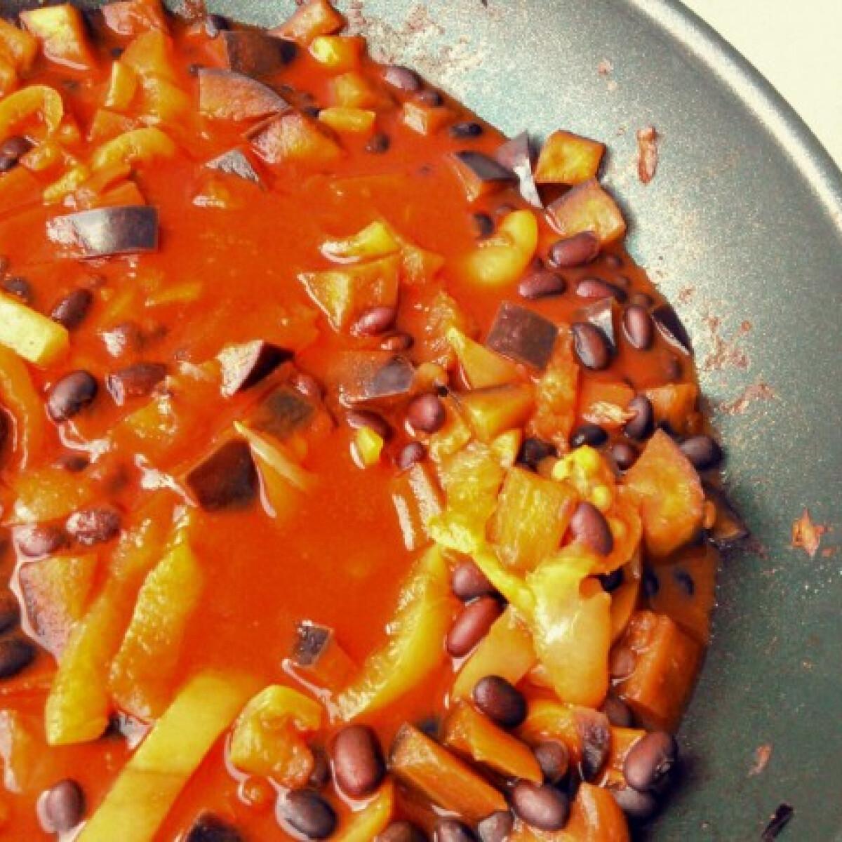 Ezen a képen: Vegán kínai feketebab lecsó