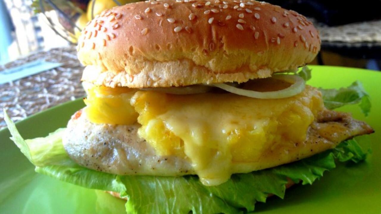 Ananászos-cheddar sajtos csirkeburger