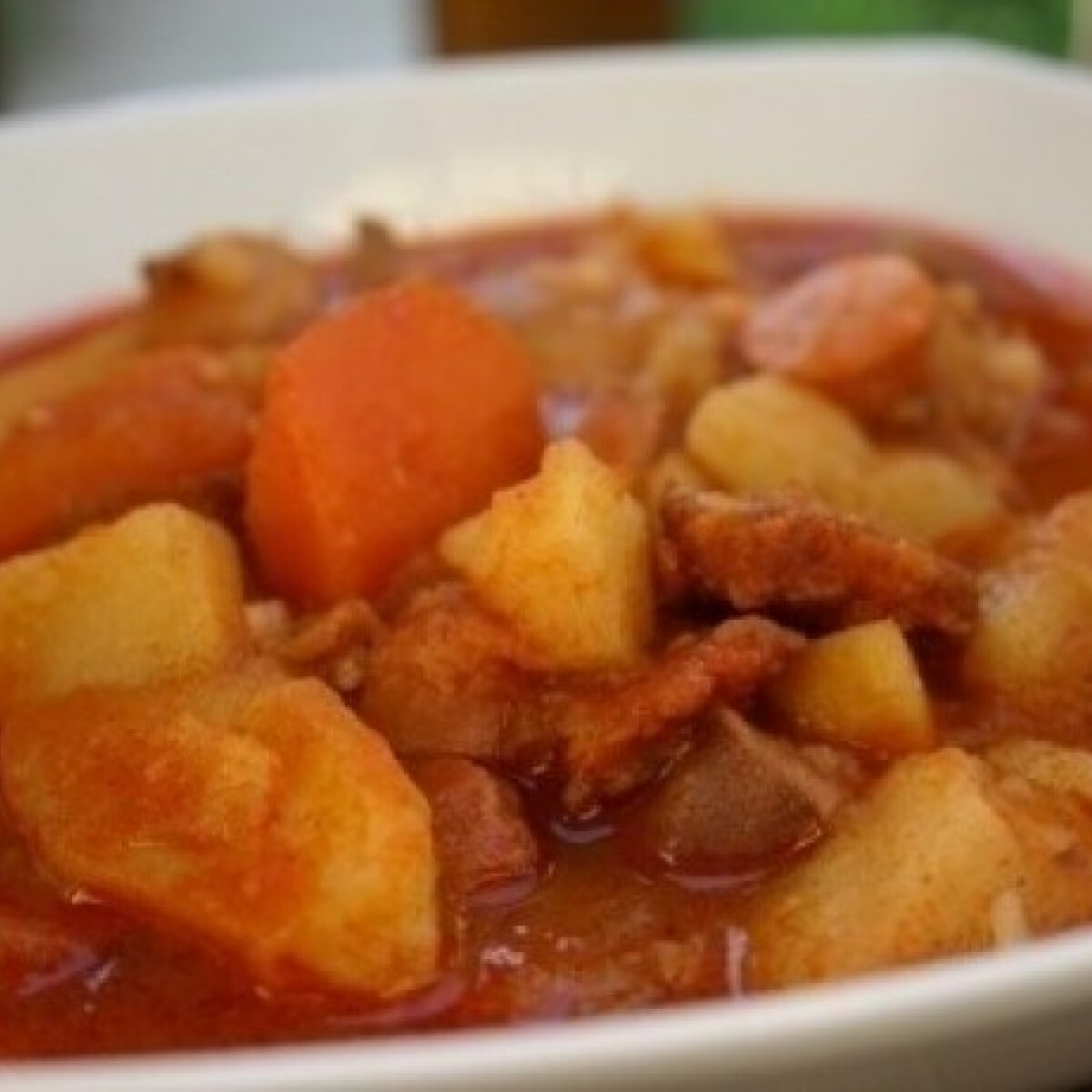 Ezen a képen: Csirkehúsos paprikás krumpli bográcsban