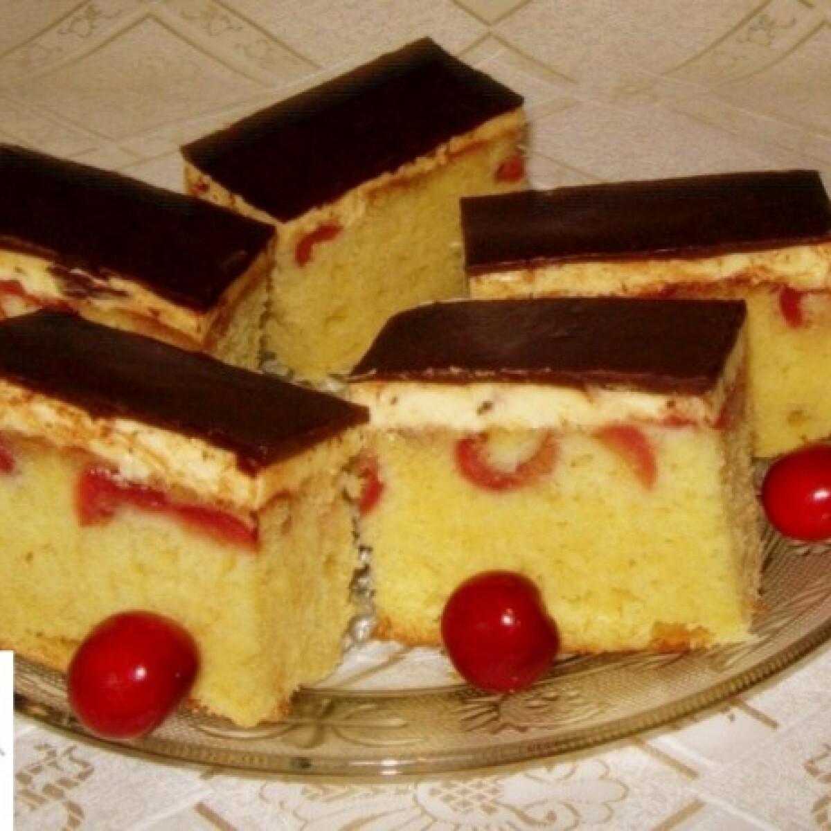 Ezen a képen: Fordított cseresznyés-krémes sütemény
