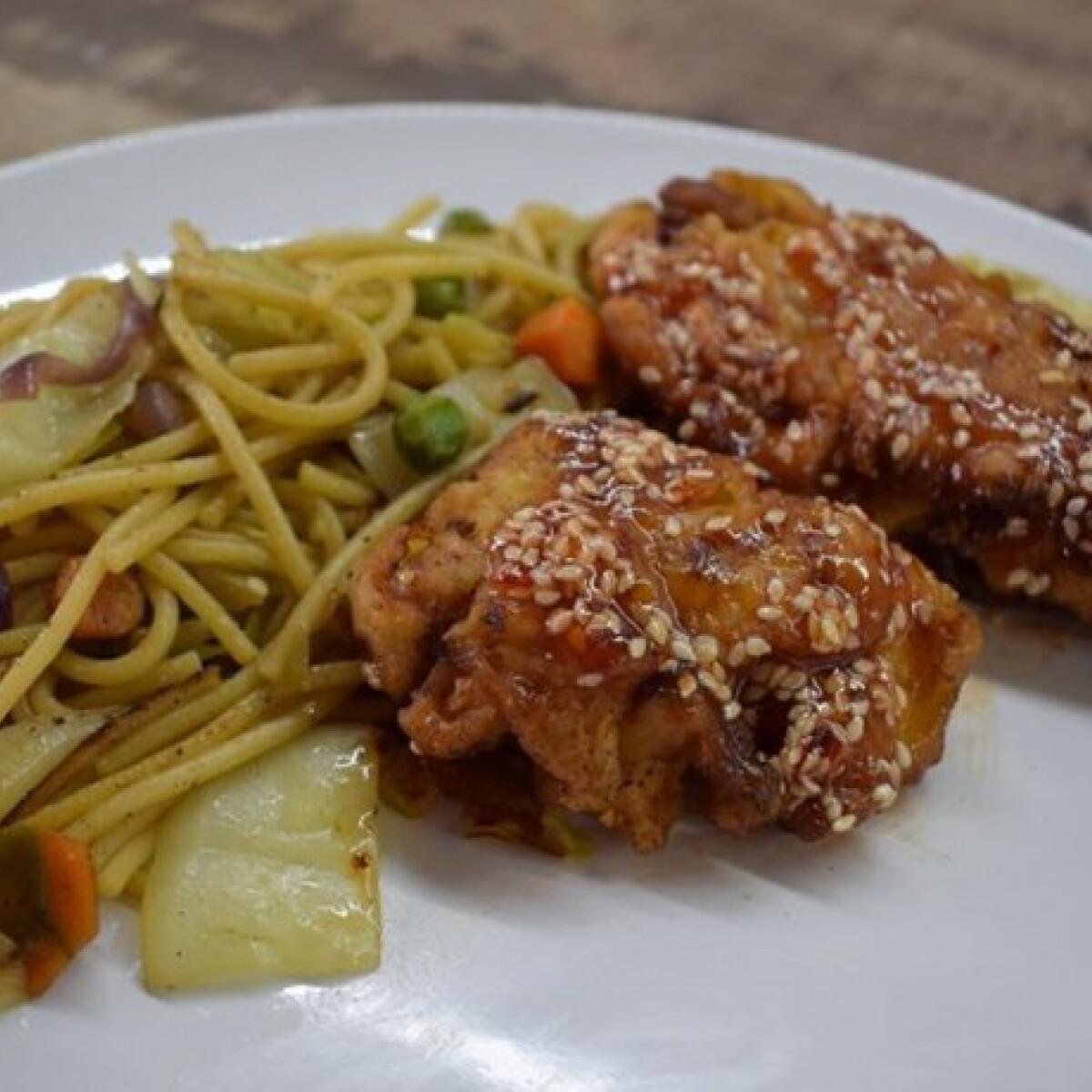 Ezen a képen: Szezámmagos csirke zöldséges tésztával