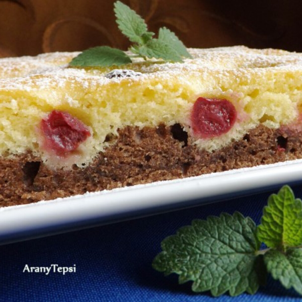Ezen a képen: Meggyes kétszínű sütemény