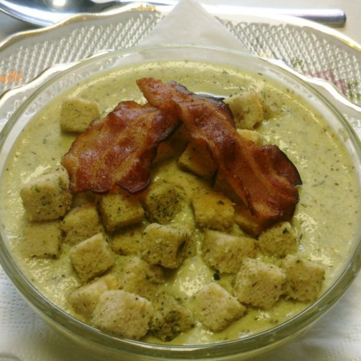 Ezen a képen: Kovászosuborka-krémleves baconchips-szel