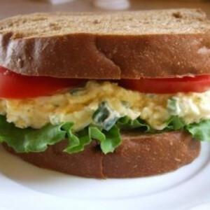 Újhagymás tojássaláta