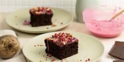 Céklás-étcsokis brownie