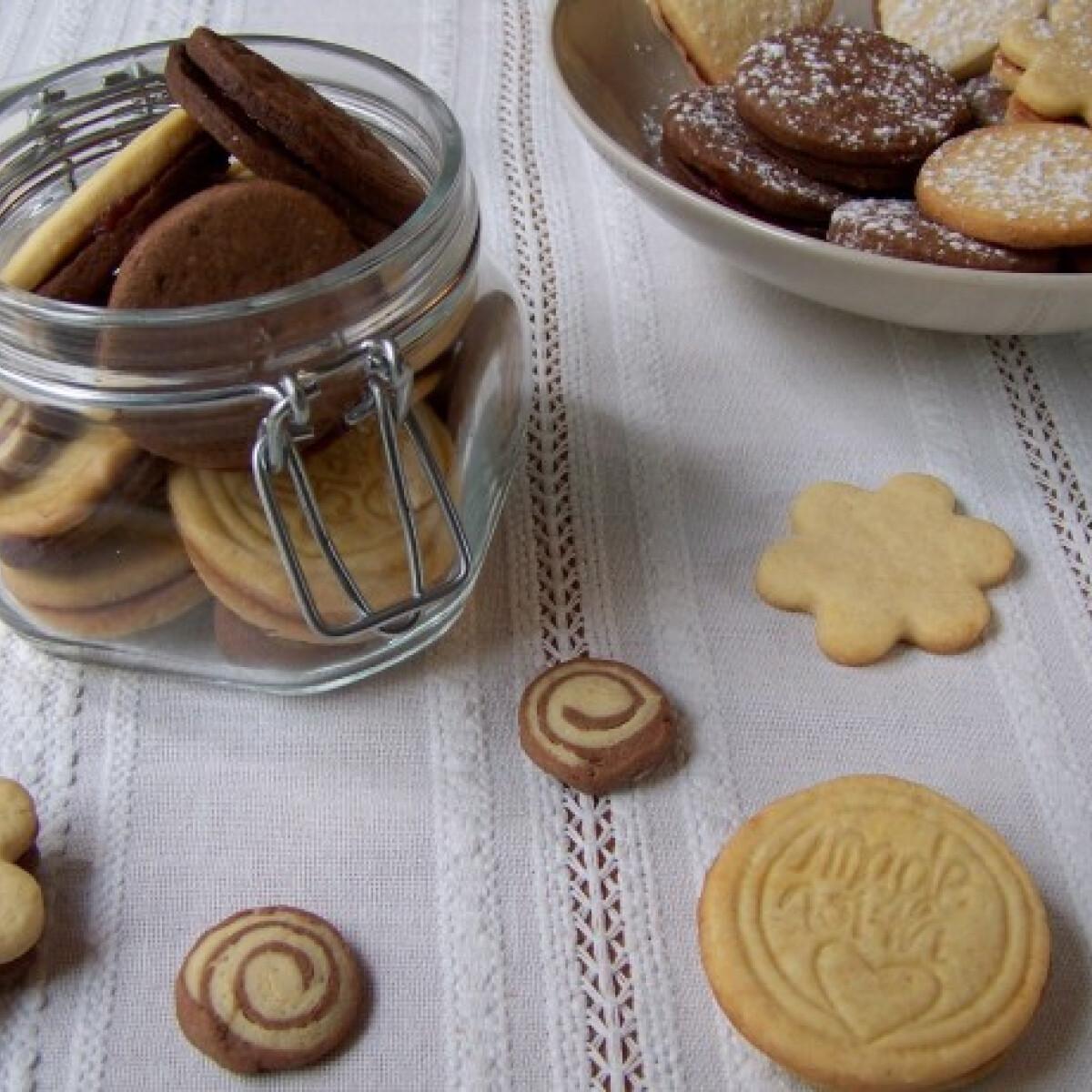 Ezen a képen: Linzerek pipőke konyhájából