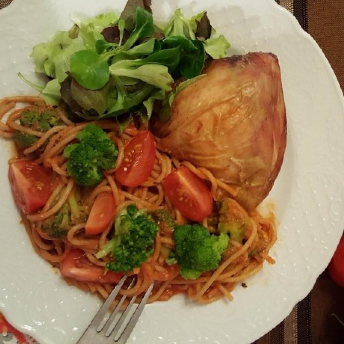 Ezen a képen: Fitt brokkolis-paradicsomos teljes kiőrlésű spagetti
