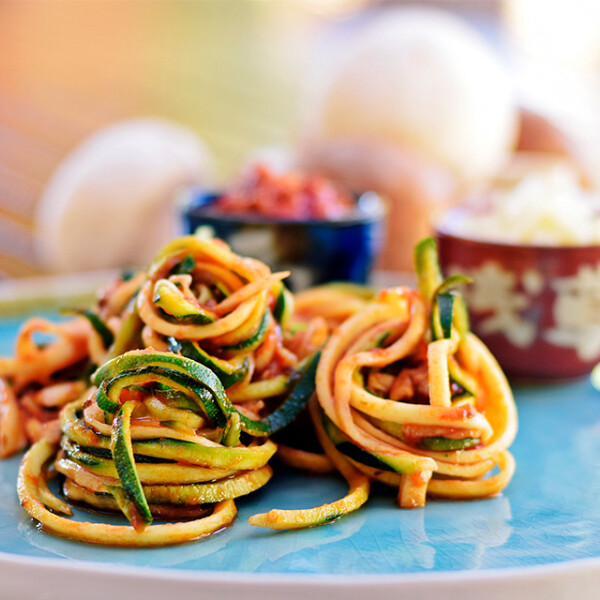 Gombás cukkinispagetti paradicsomszósszal
