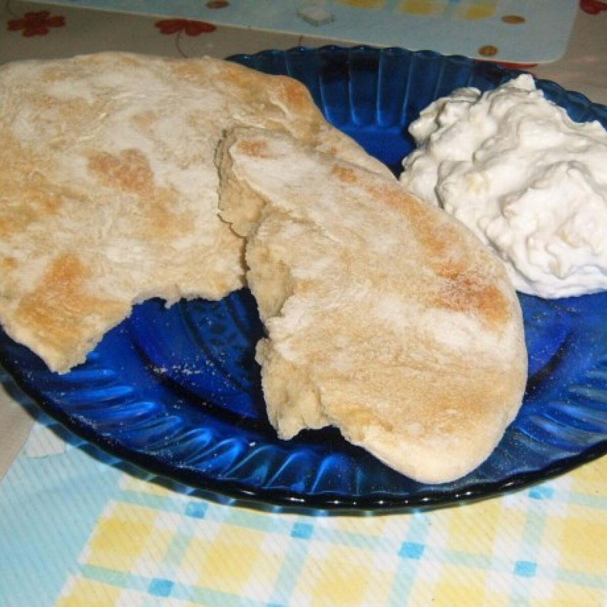 Ezen a képen: Lepény fokhagymás tejföllel