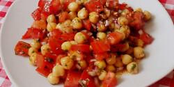 Paradicsomos csicseriborsó-saláta Glaser konyhájából