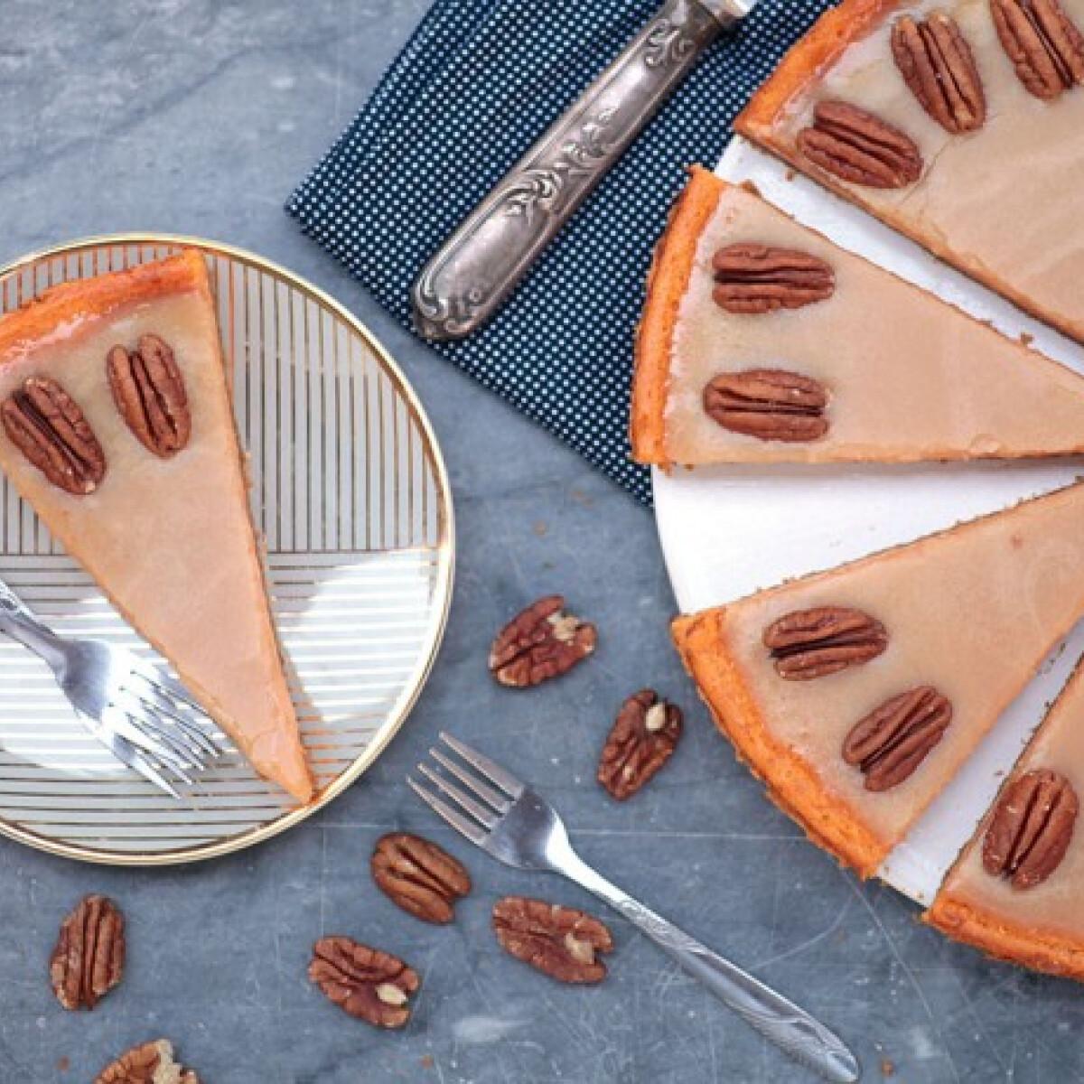 Ezen a képen: Sütőtökös sajttorta karamellel és pekándióval