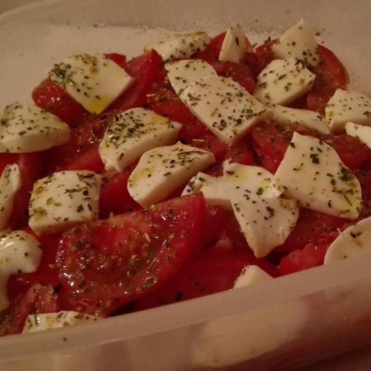 Ezen a képen: Mozzarella-saláta Dorciiii konyhájából