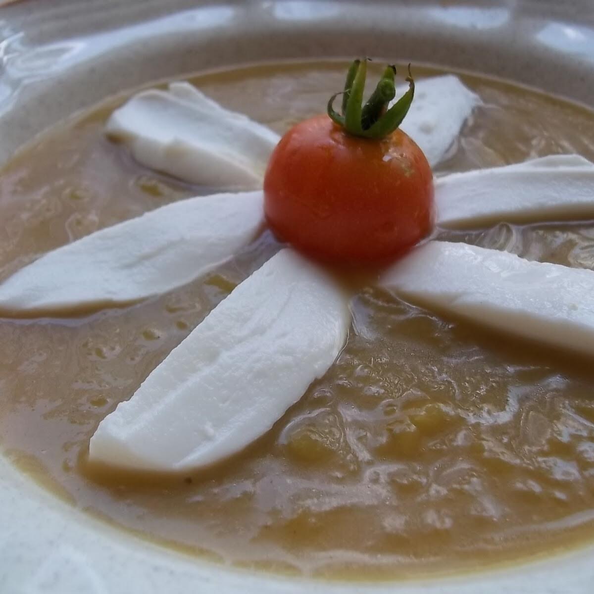 Ezen a képen: Cukkinikrémleves mozzarellával