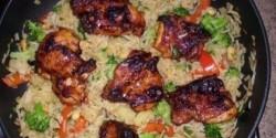 Serpenyős rizs tüzes csirkecombbal