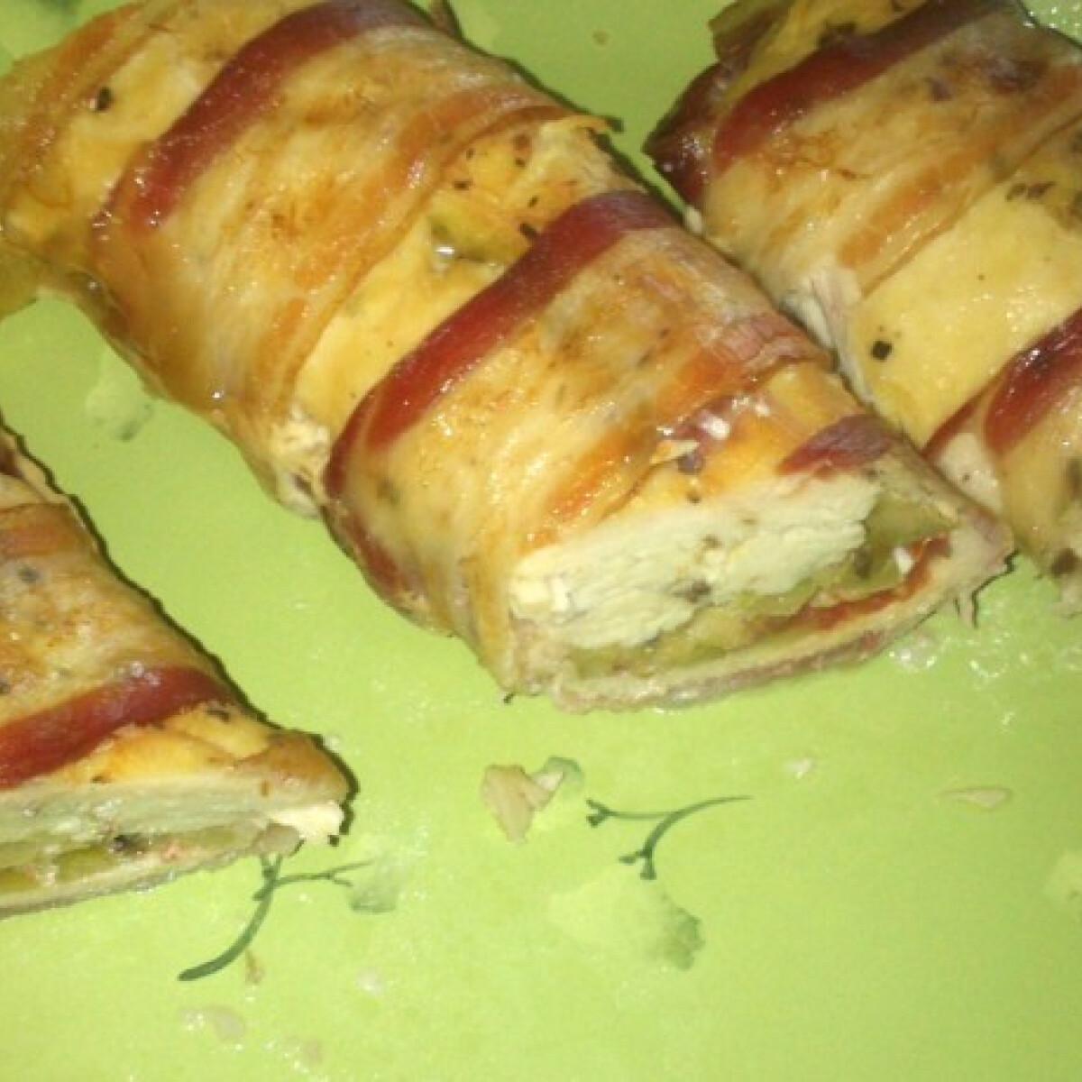 Ezen a képen: Olajbogyós-mozzarellás csirketekercs paradicsommal