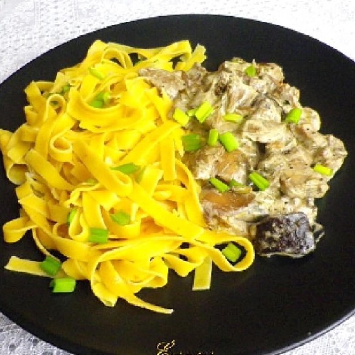 Ezen a képen: Tejfölös erdei gomba sáfrányos tésztával