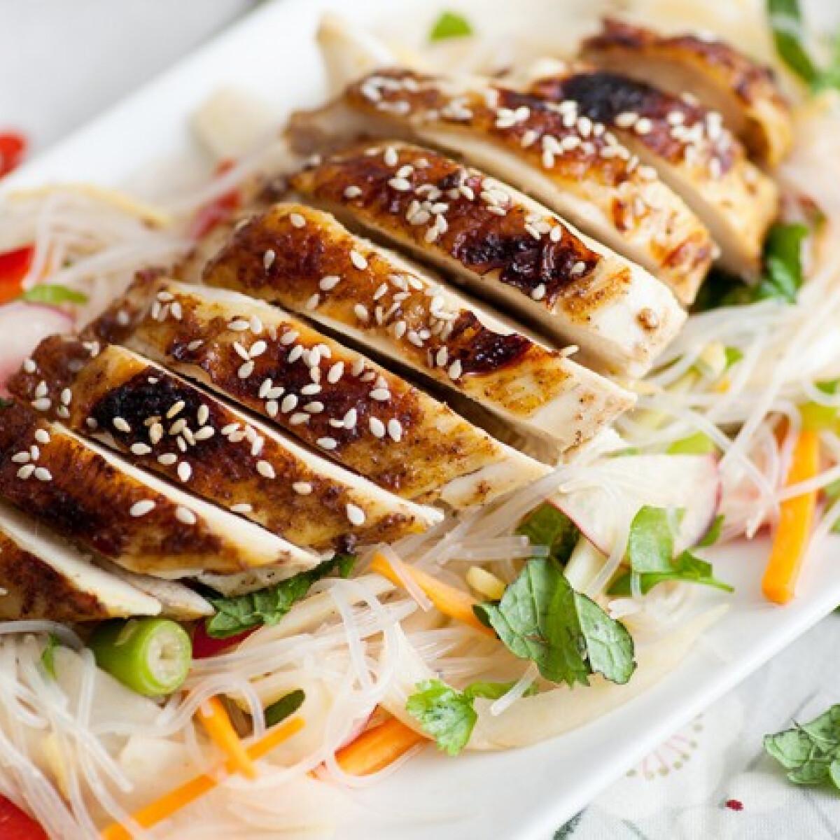 Ezen a képen: Szezámos csirkemell ázsiai salátával