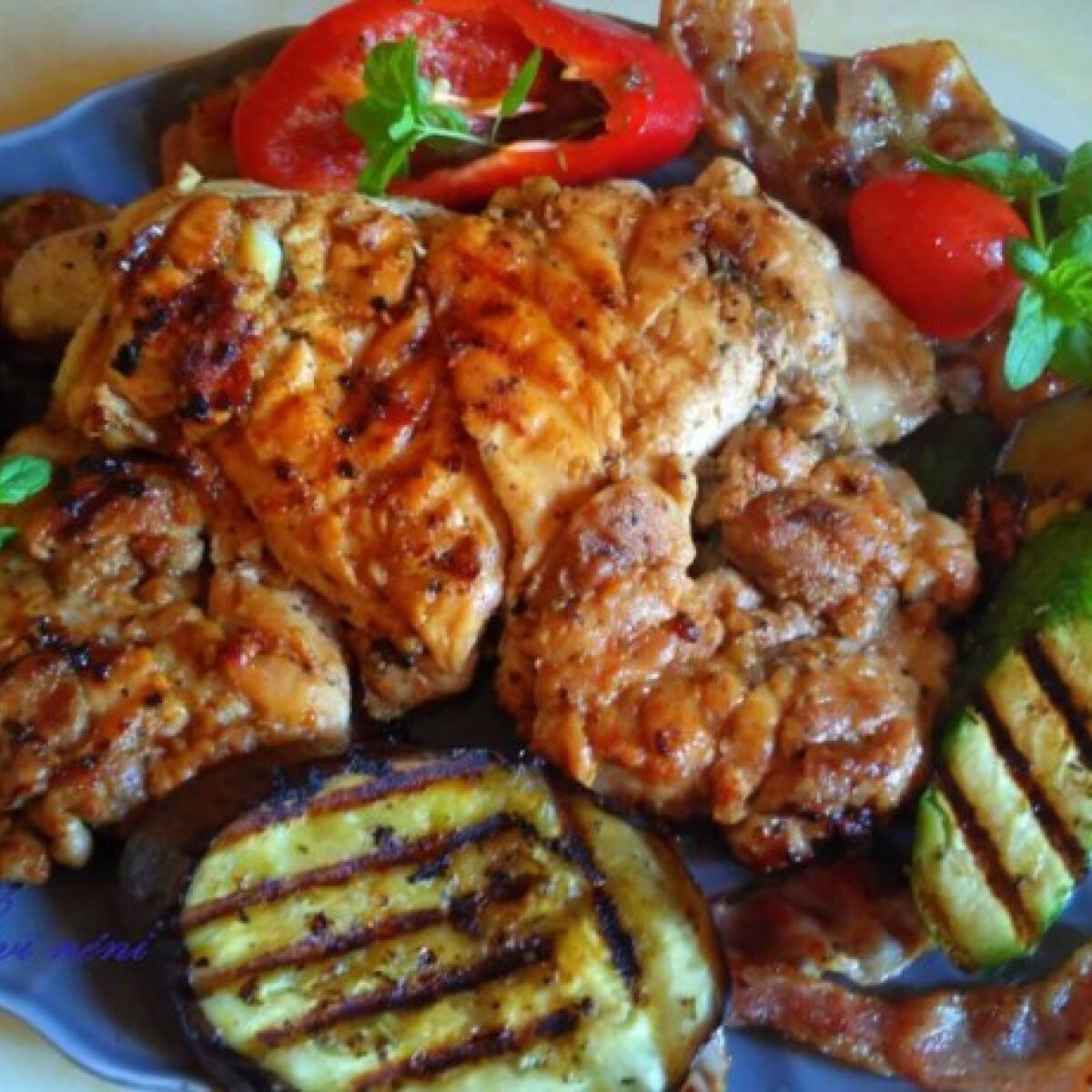 Ezen a képen: Egyben grillezett csirke