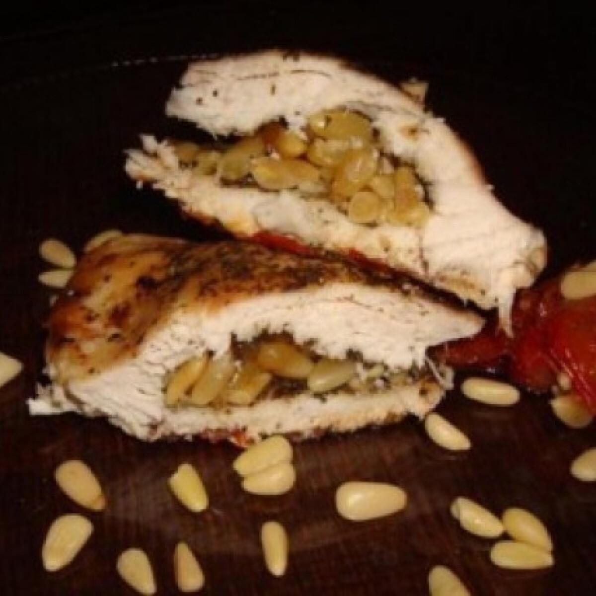 Ezen a képen: Fenyőmaggal töltött bazsalikomos csirke