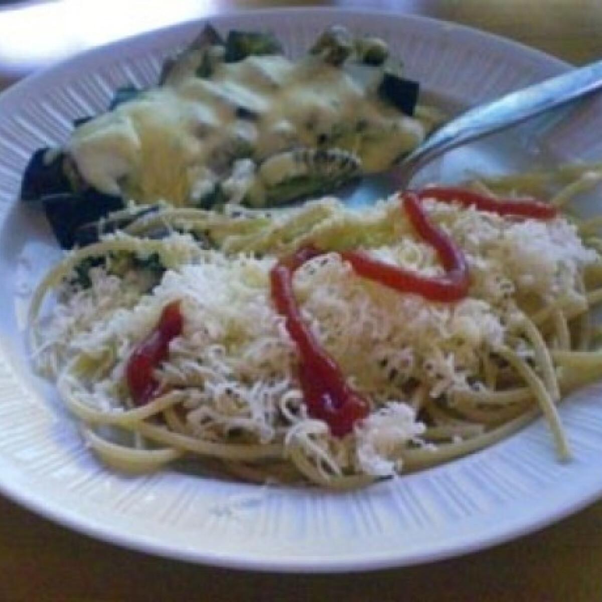 Ezen a képen: Padlizsános-sajtos spagetti