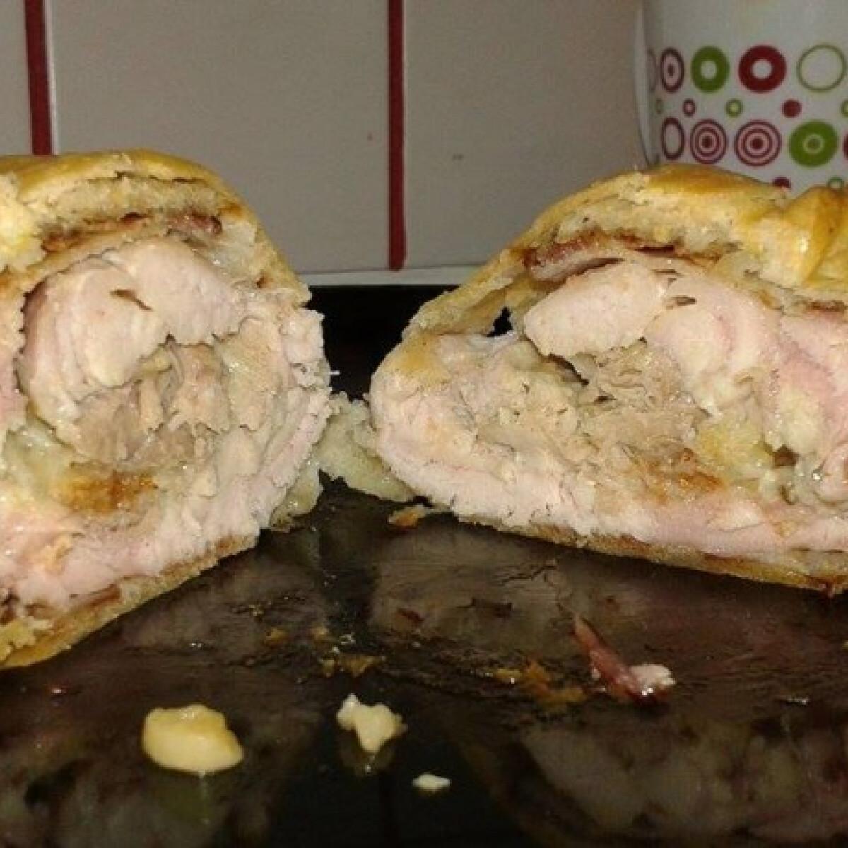 Ezen a képen: Leveles tésztás töltött csirkecomb