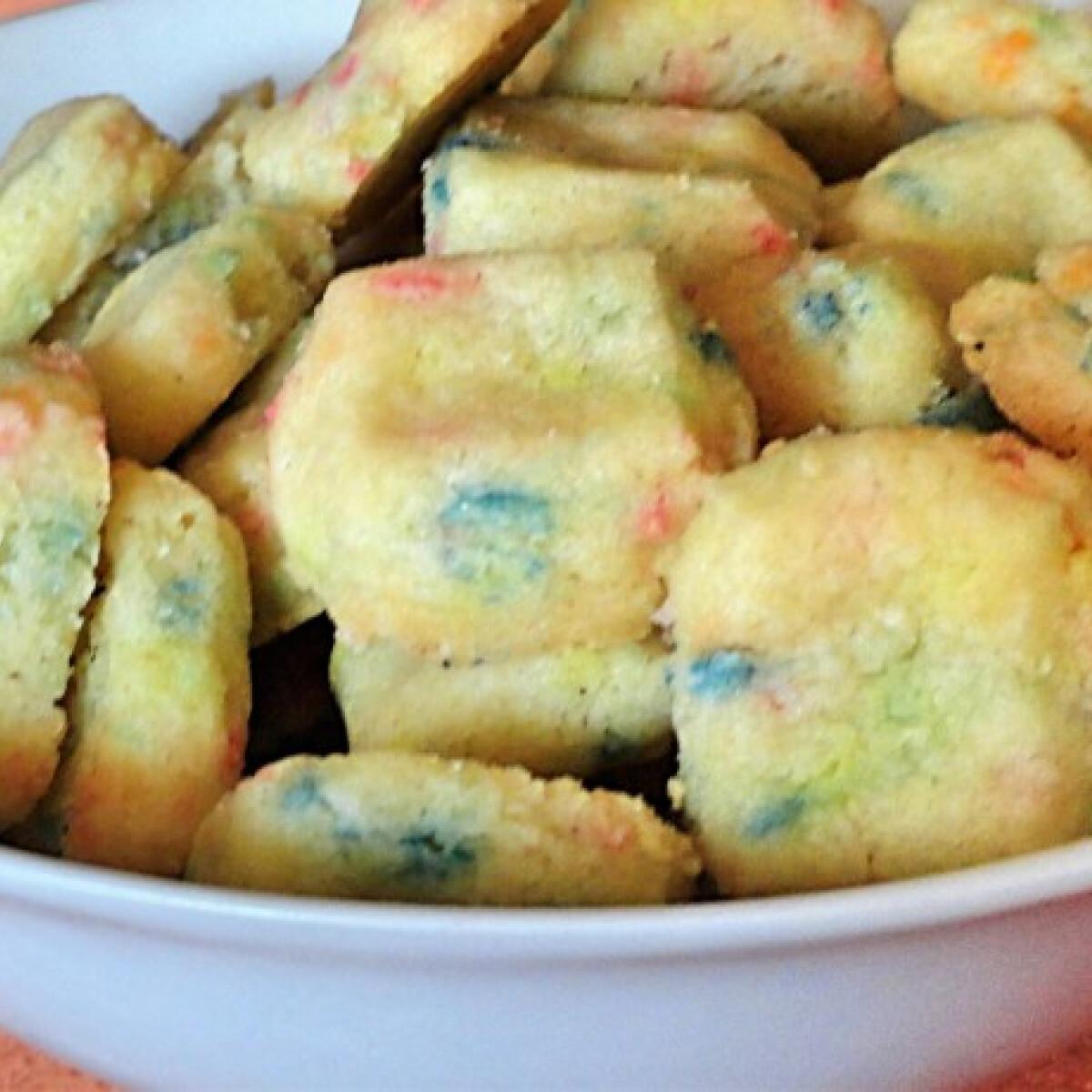 Ezen a képen: Tarka kekszkockák cukorgyönggyel