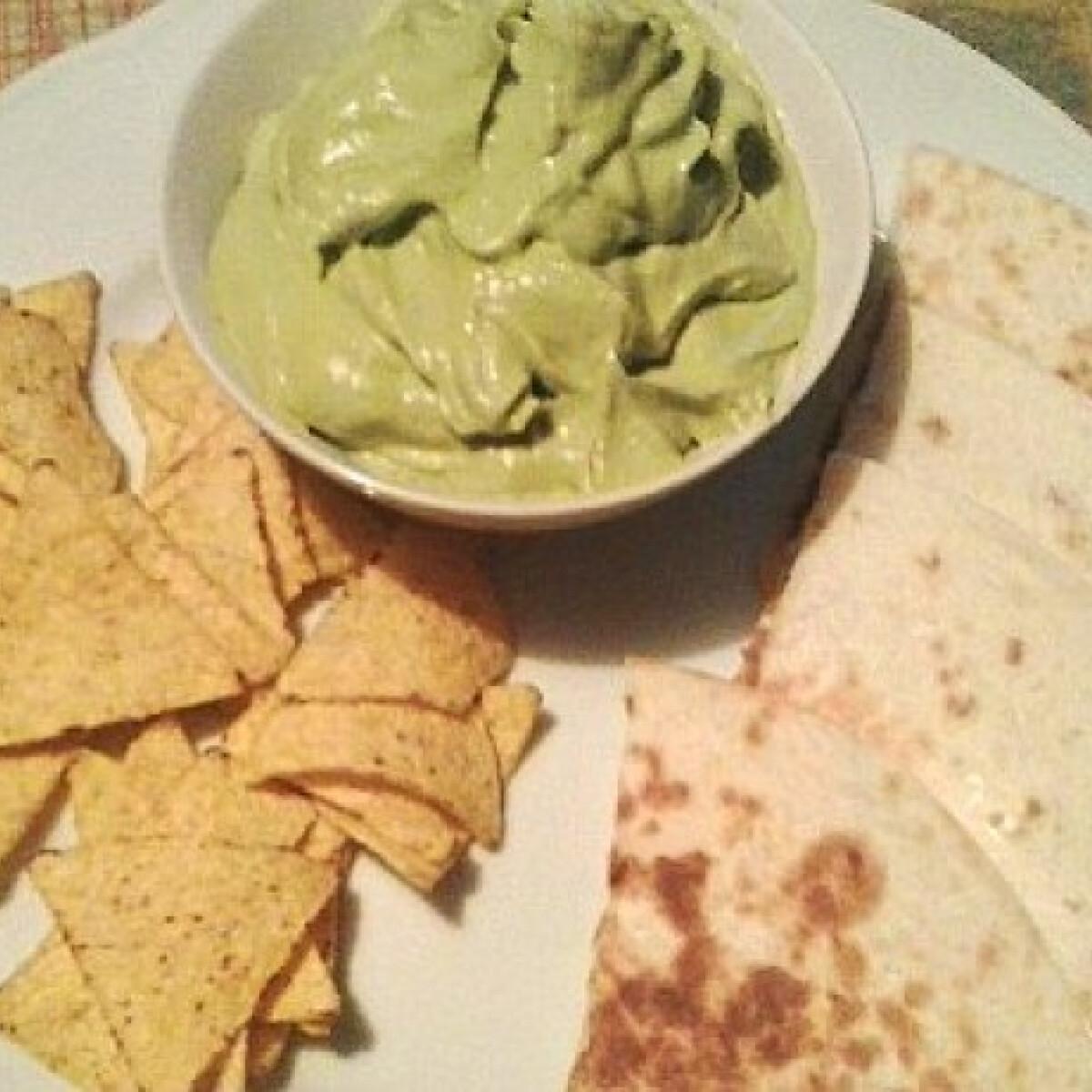 Ezen a képen: Krémes guacamole mexikói rágcsálnivalókkal