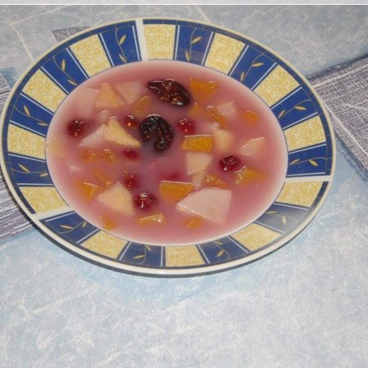Ezen a képen: Gyümölcsleves Nikóka konyhájából
