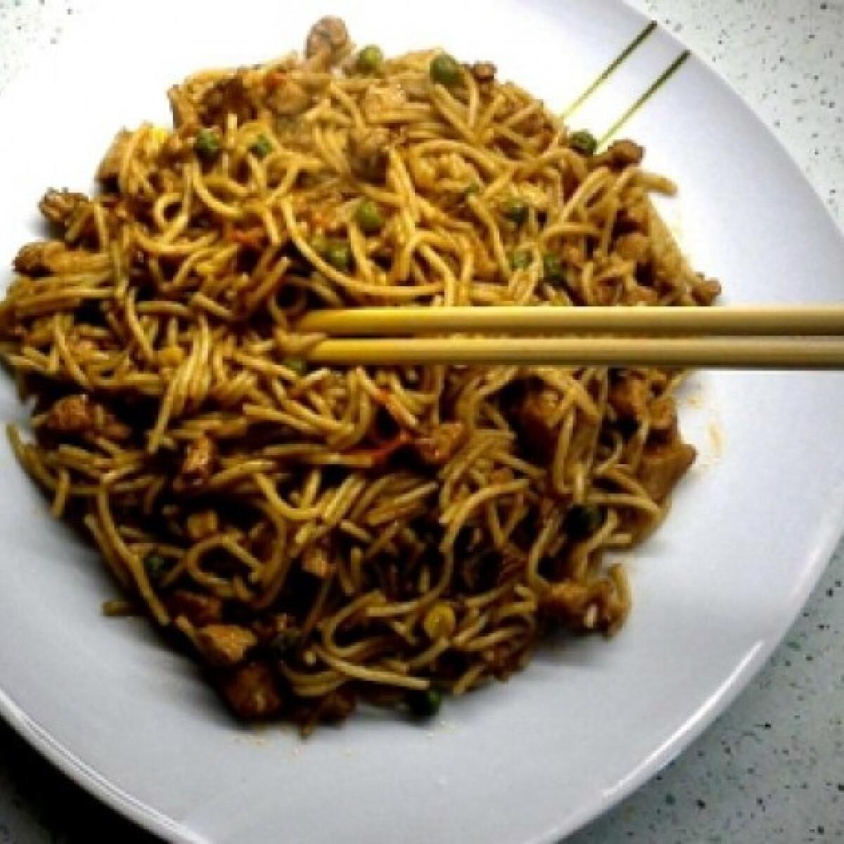Ezen a képen: Kínai csirkés-zöldséges pirított tészta