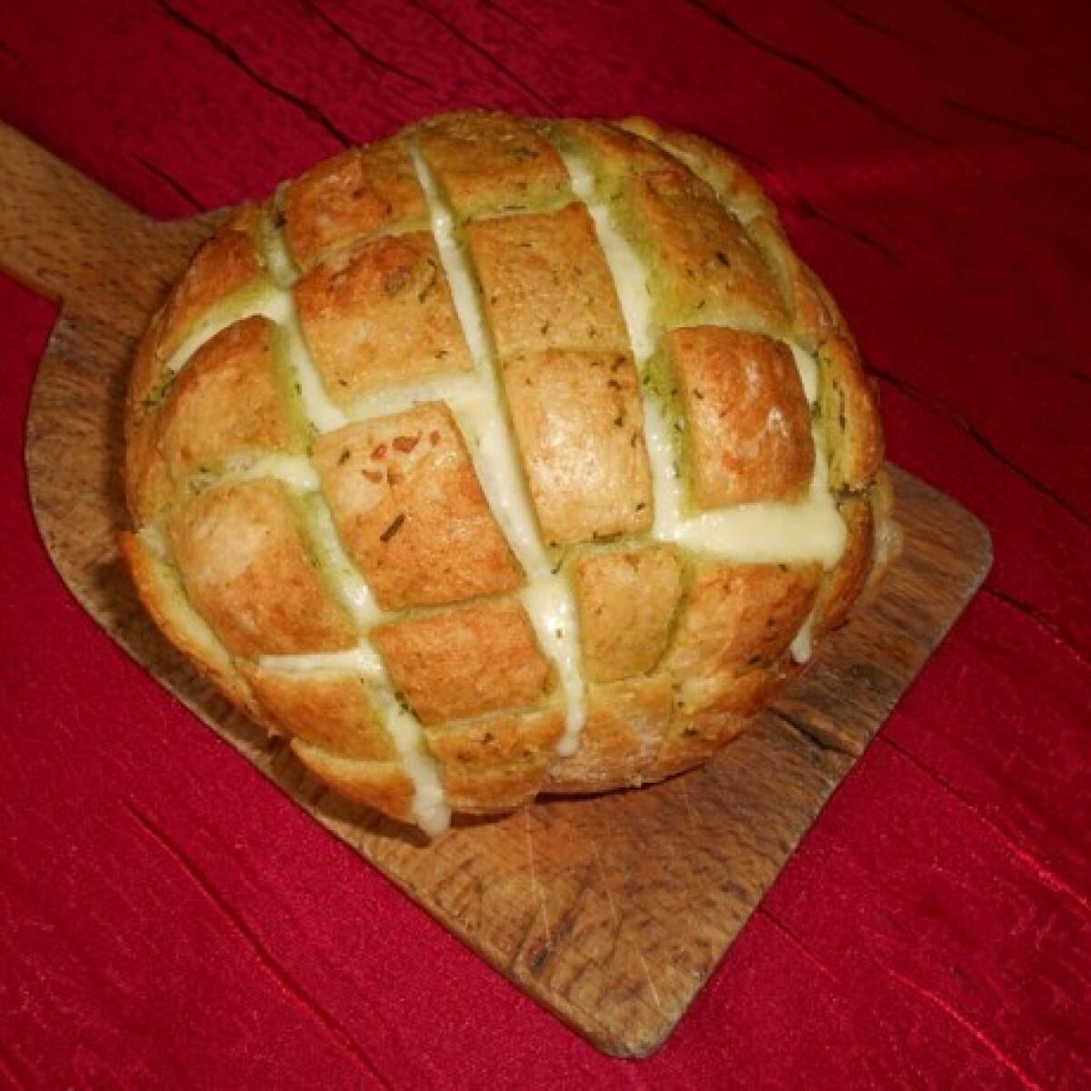 Ezen a képen: Mozzarellás fokhagymás kenyér