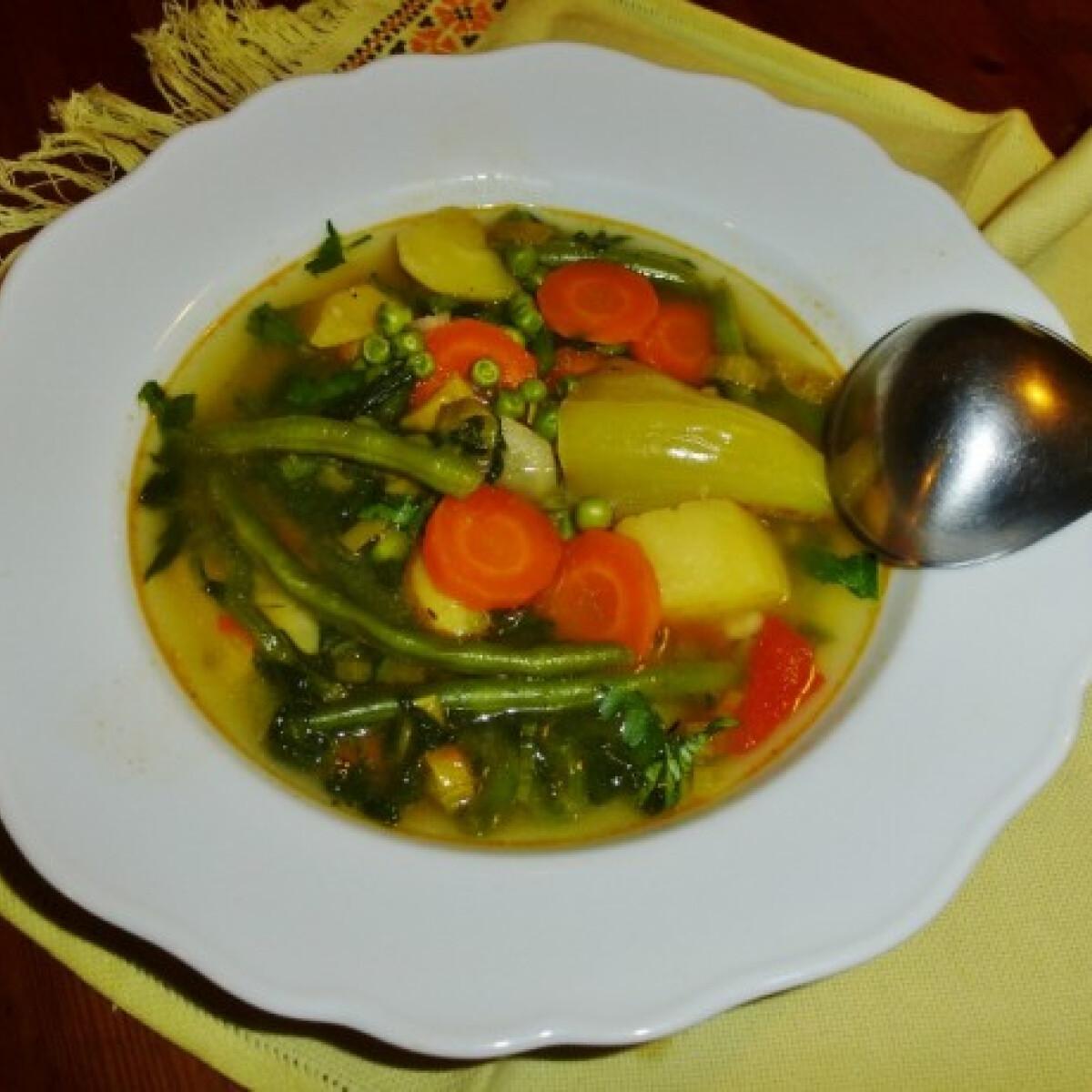Ezen a képen: Mindent bele zöldségleves ahogy Márti készíti