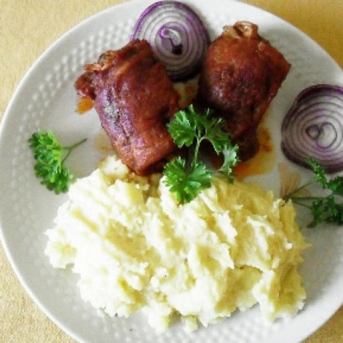 Ezen a képen: Tojásos-uborkás-szalonnás töltött hústekercs