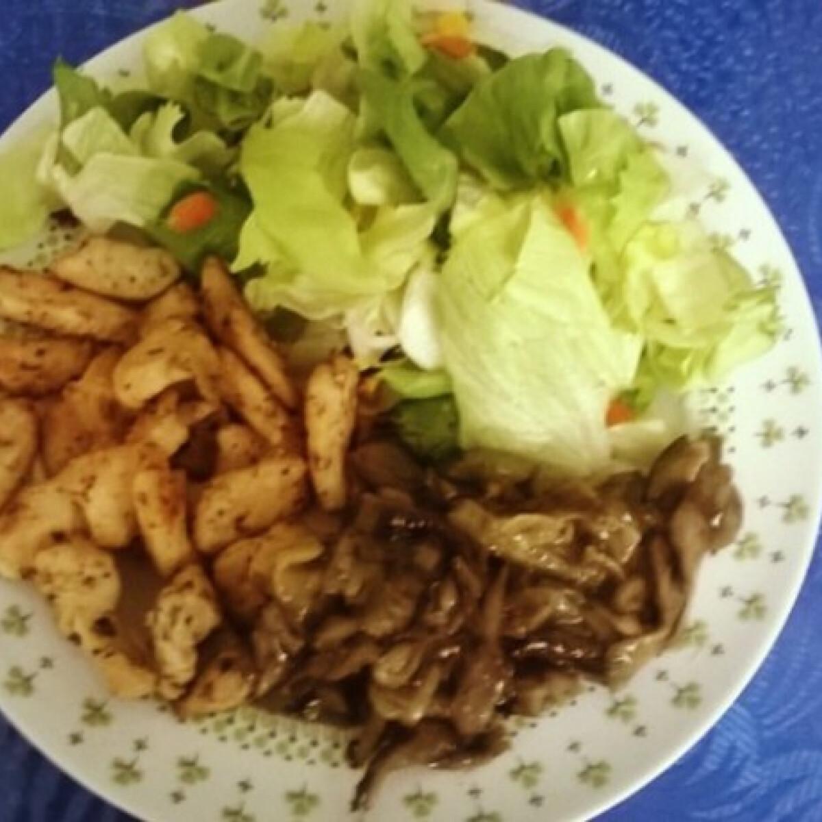 Ezen a képen: Fűszeres csirkemellcsíkok párolt gombával salátaágyon