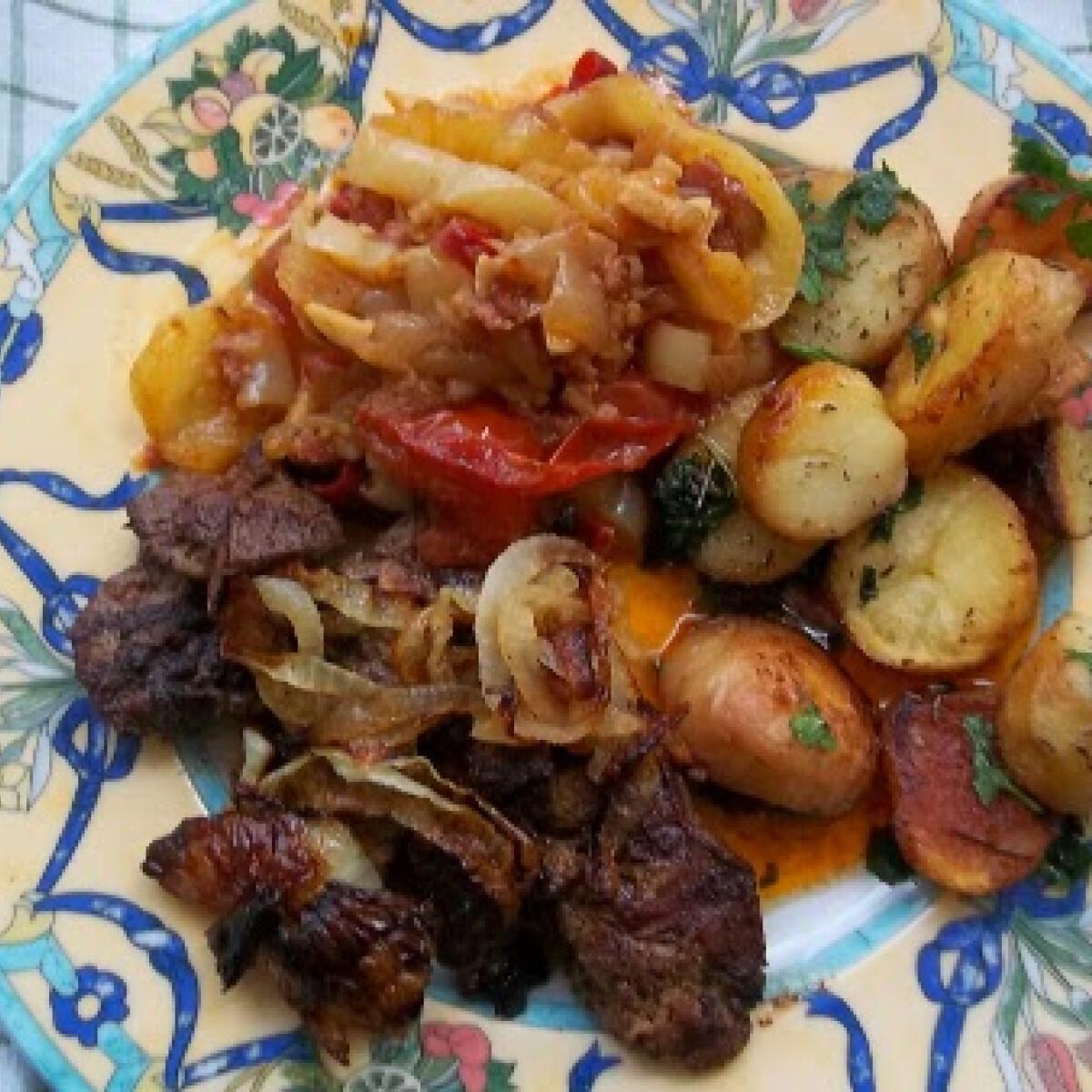 Ezen a képen: Grillezett csirkemáj krumplival és lecsóval