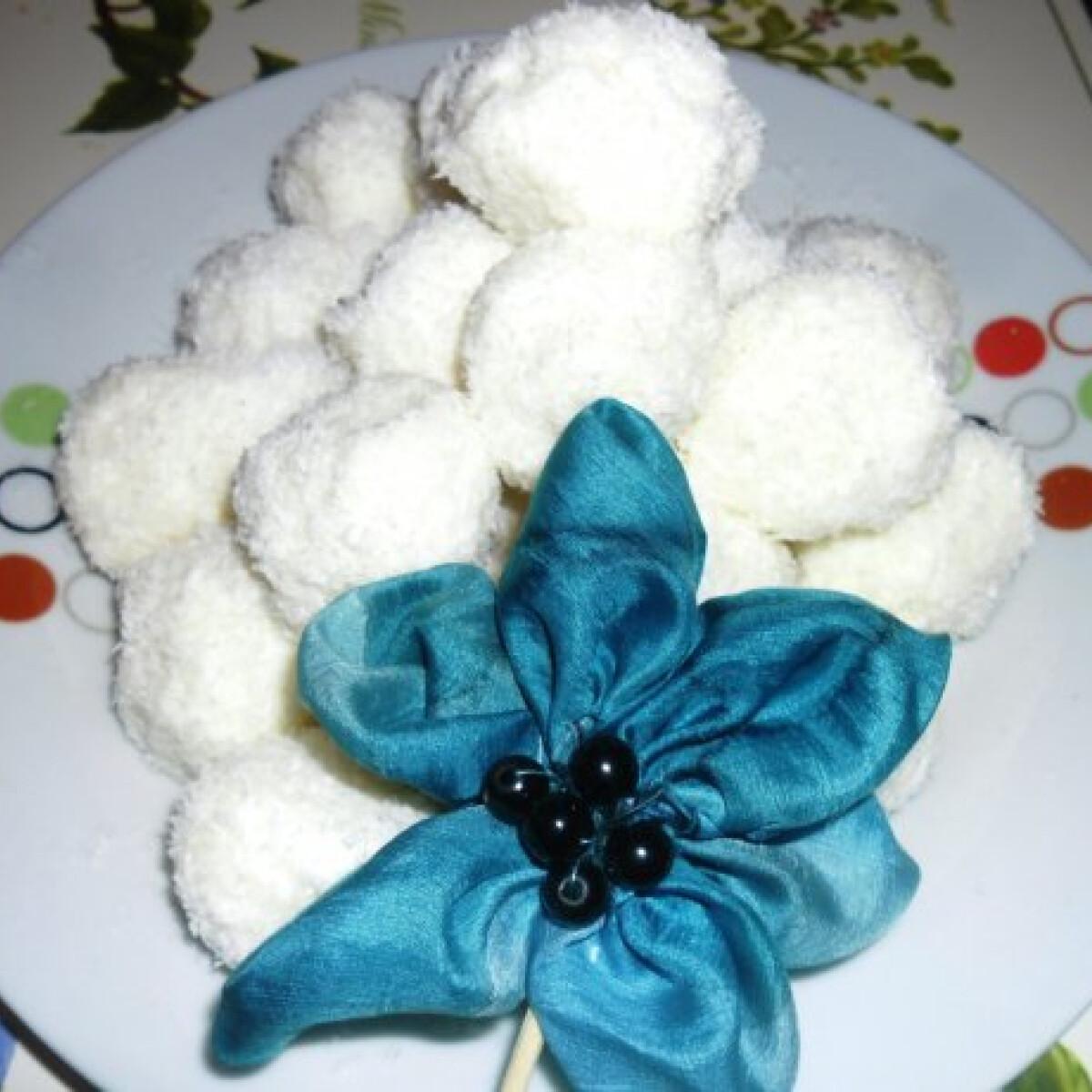 Ezen a képen: Hófehér hógolyó