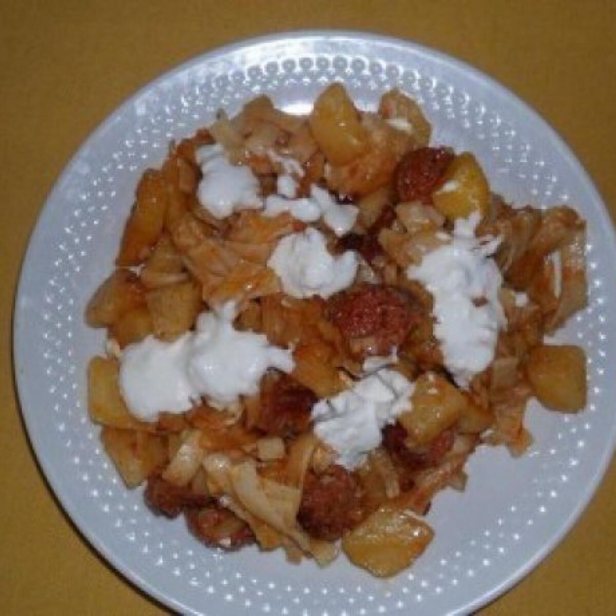 Ezen a képen: Rakott paprikás krumpli tésztával