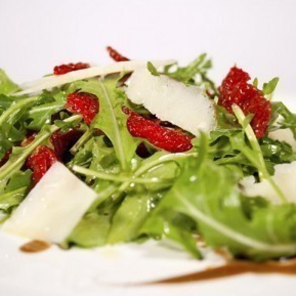 Ezen a képen: Ruccola saláta szárított paradicsommal