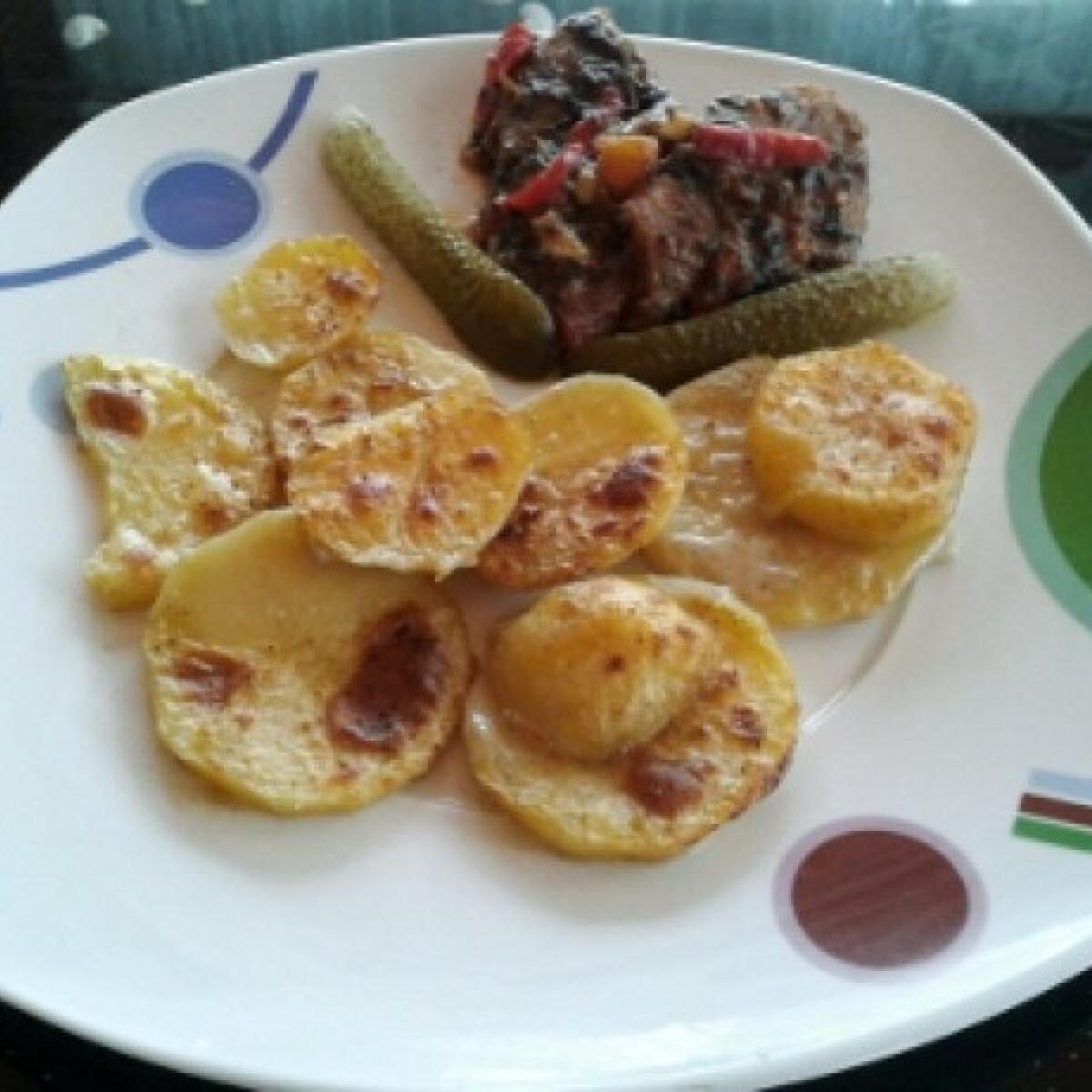 Ezen a képen: Omlós sült hús tejszínes burgonyával