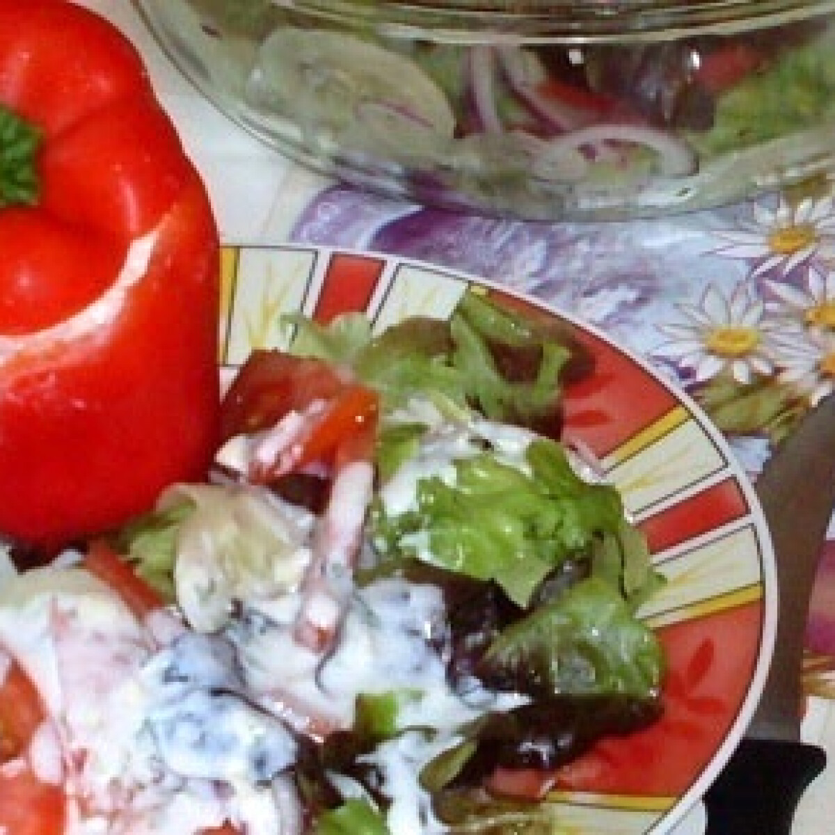 Ezen a képen: Ricotta-val töltött paprika salátaágyon